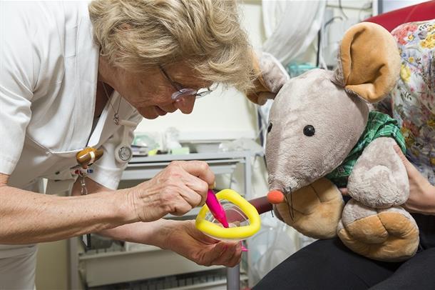 Illustrasjonsfoto. Sykepleieren tegner i masken med den tusjen du har valgt.