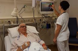 Foto av pasient i seng etter Pasient utposing av hovedpulsåren.