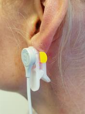 Illustrasjonsfoto av sensor som festes på øreflippen