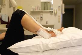 Fot med operert ankel og bøyd kne og slakt bånd. Foto