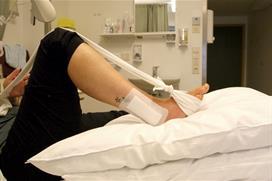Fot med operert ankel og bøyd kne og delvis slakt bånd. Foto
