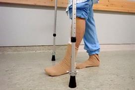 Person på krykker og fot med operert ankelledd berører gulvet. Foto
