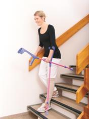 Går ned en trapp med krykker