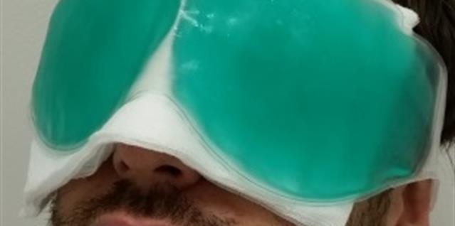 Bilde av en mann som ligger med kuldebriller over øynene. Foto.