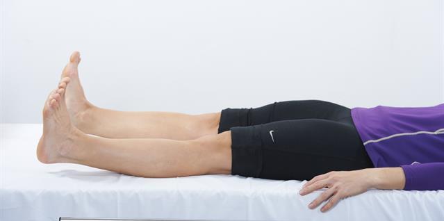 Stram lårmusklene slik at knehasene presses mot underlaget. Knip samtidig setemusklene.Hold spenningen i noen sekunder og slipp.