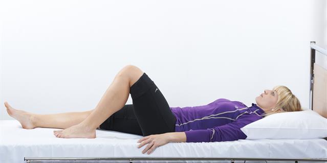 Bøy operert hofte og kne. La hælen skli langs underlaget.
