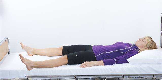 Skyv benet sideveis ut og inn langs underlaget med strakt kne.