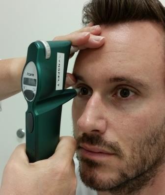 Bildet viser hvordan måling av øyetrykk foregår. Foto.