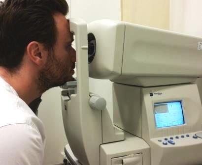 Måling av syn i autorefraktormaskin. Foto.