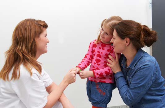 Radiolog hilser på jente og mammaen hennes