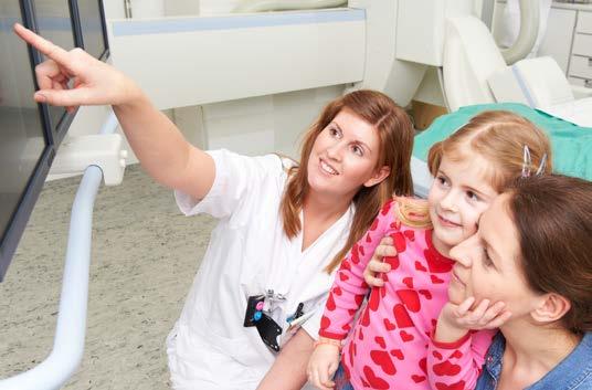 Radiolog viser jente og mamma bildene