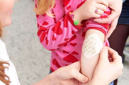 Jente med bedøvende plaster på armen