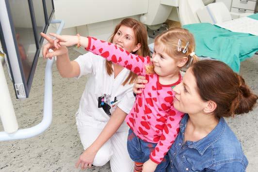 Radiolog viser jente og mammaen hennes bildene