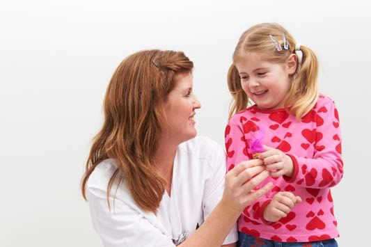Jente får premie av radiolog
