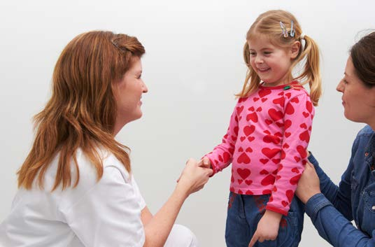 Radiolog hilser på barn som skal til undersøkelse
