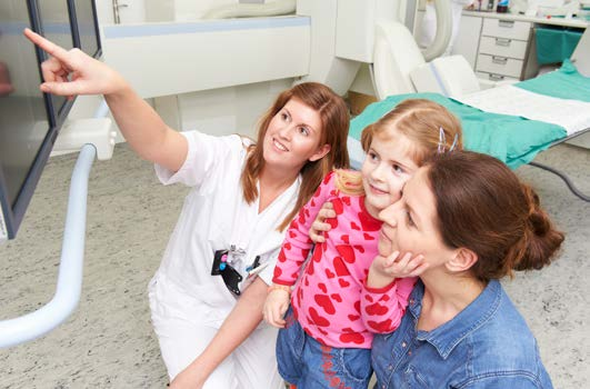 Bilde av radiolog, mor og barn