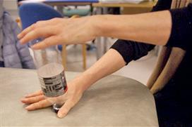 Flasketut mellom tommel og pekefinger. Foto