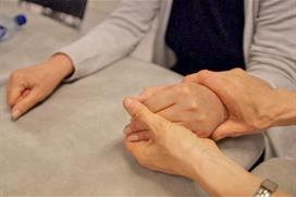 Fysioterapeut behandler pasient. Foto