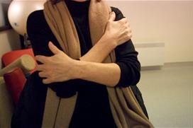 Hender i kors over brystet og stryker over overarmene. Foto