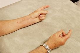 Tommel mot langefinger. Foto