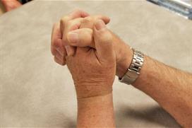 Foldede hender. Foto