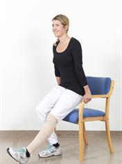 Når du skal reise deg eller sette deg, skal du strekke det opererte benet fram.