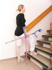 Går opp en trapp med krykker