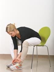 Sitter på stol og knyter lisser