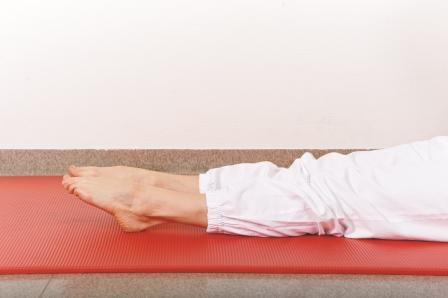 Ligg på rygg med strake ben. Bøy og strekk godt opp og ned i anklene.