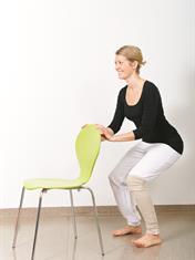 Bøy og hofte, og stikk setet ut som om du skal sette deg på em lav stol. Hold ryggen rett.