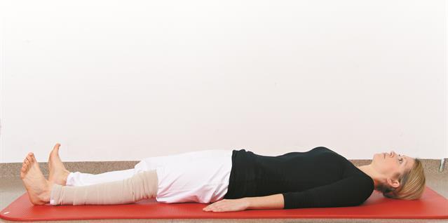 Knip sammen musklene i lår og sete og press knehasene ned i madrassen. Hold og slipp.