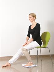 Sitt på en stol eller sengekanten. Legg en klut eller lignende under foten og skyv benet bakover slik at du får bøy på kneet.